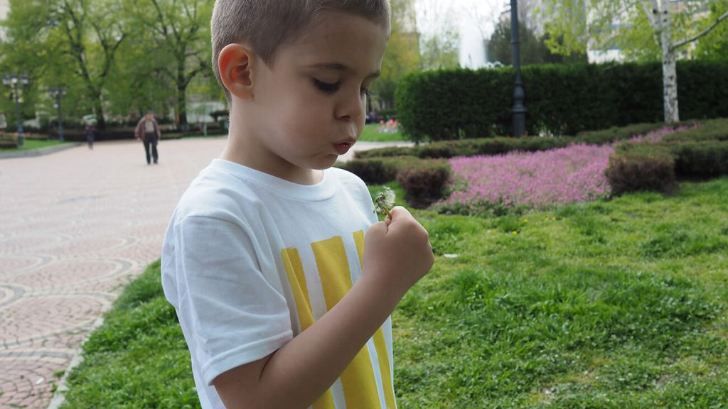 Снимка на дете на фона на графит, облечено в бяла тениска - История за драсканици и петна от боя-5