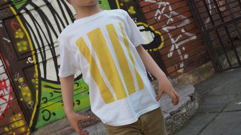 Снимка на дете на фона на графит, облечено в бяла тениска - История за драсканици и петна от боя-3