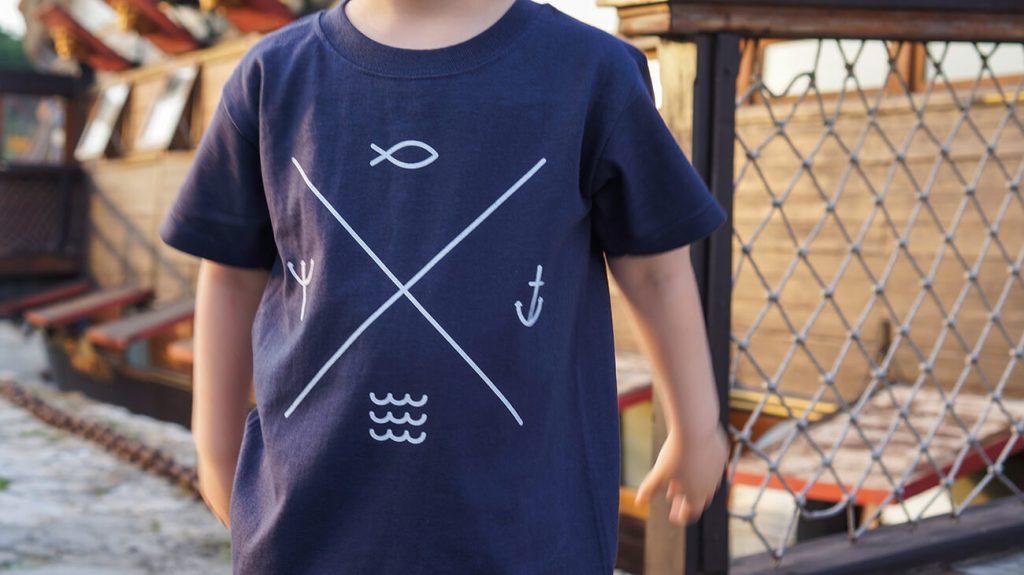 """Снимка на дете облечено в синя тениска от колекцията """"Обичаме Морето"""""""