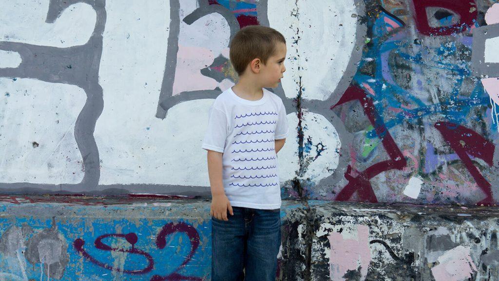 """Момченце, което е облечено в бяла тениска от лятната колекция """"Обичаме Морето"""""""