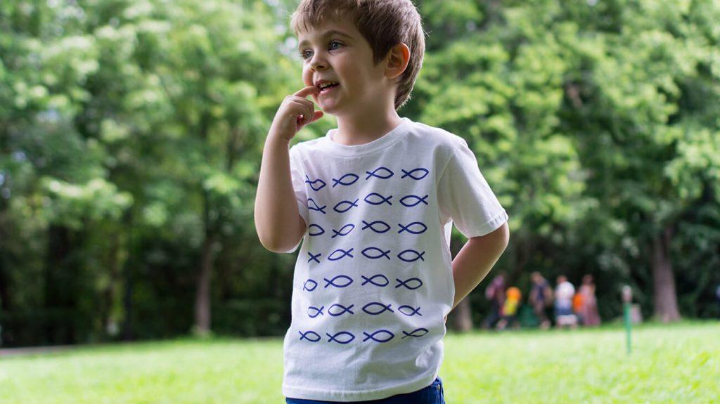 """Момченце в парк, облечено в бяла тениска от лятната колекцията """"Обичаме Морето"""""""