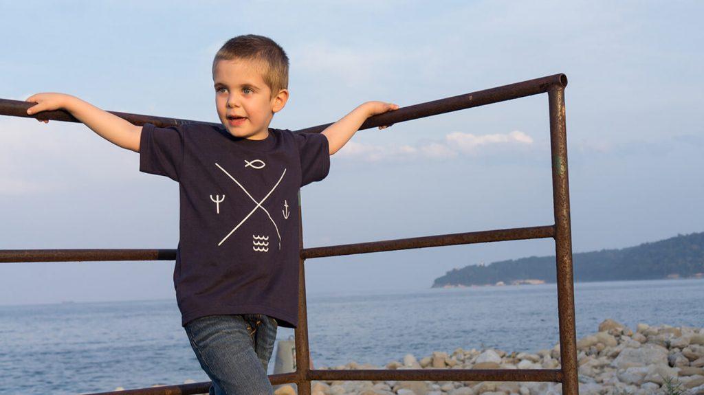 """Дете на плажа, облечено в синя тениска от лятната колекция """"Обичаме морето"""" - Тоте Поте-1"""