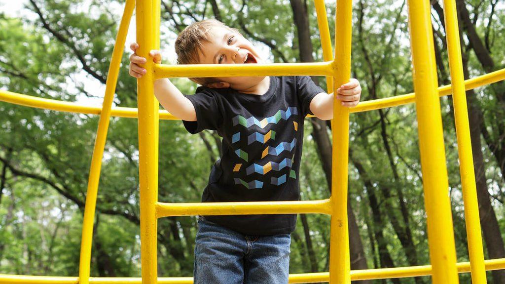 Весело дете на катерушка облечено с тениска в черно