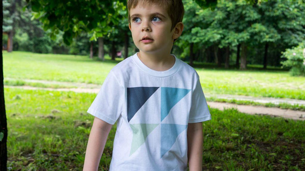 """Момченце в парк, облечено в бяла тениска от лятната колекцията """"Обичаме Морето""""-2"""