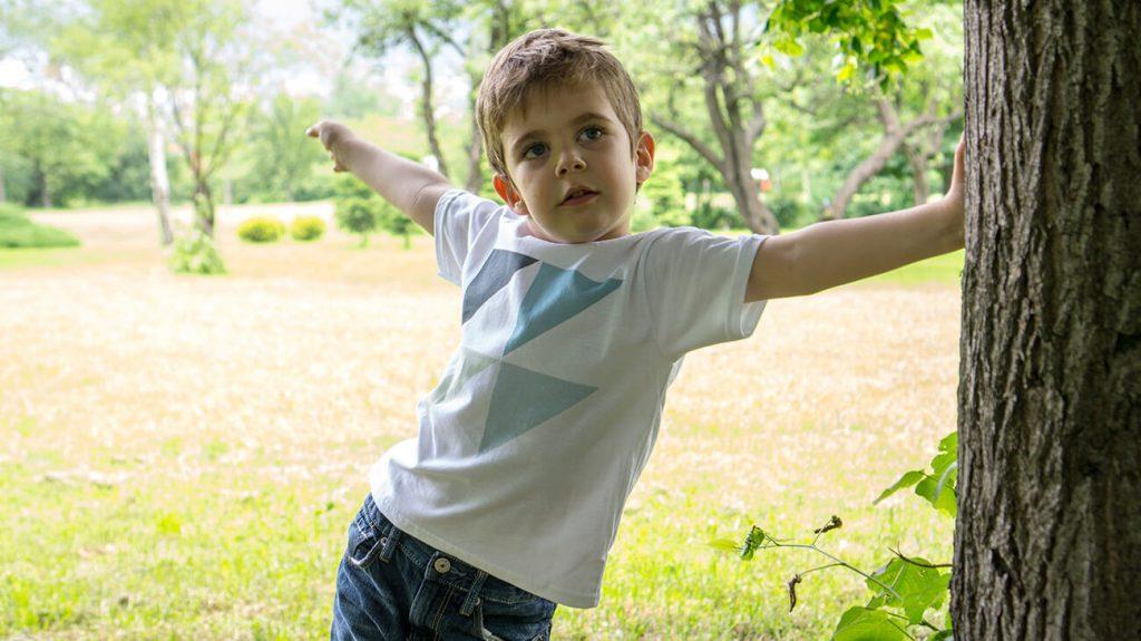"""Дете, облечено в парка облечено в бяла тениска от колекцията """"Обичаме Морето"""""""