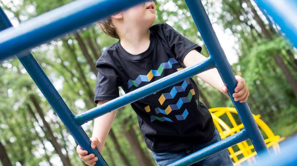 """Снимка на дете на катерушка, облечено в черна тениска от колекцията """"Обичаме Морето"""" -3"""