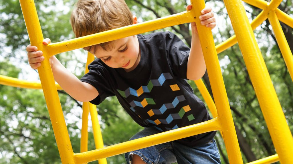 """Снимка на дете на катерушка, облечено в черна тениска от колекцията """"Обичаме Морето"""" -2"""