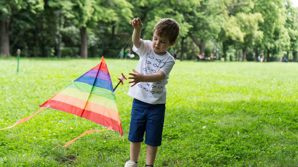 """Снимка на дете с хвърчило в парка, облечено с тениска от колекцията """"Обичаме Морето"""""""