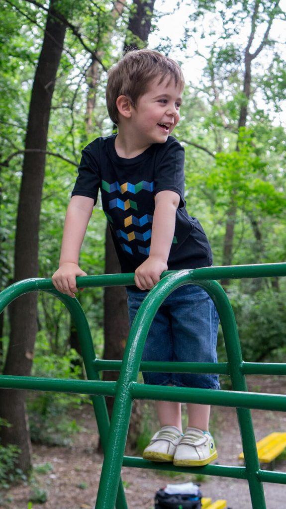 """Снимка на дете на катерушка, облечено в черна тениска от колекцията """"Обичаме Морето"""""""
