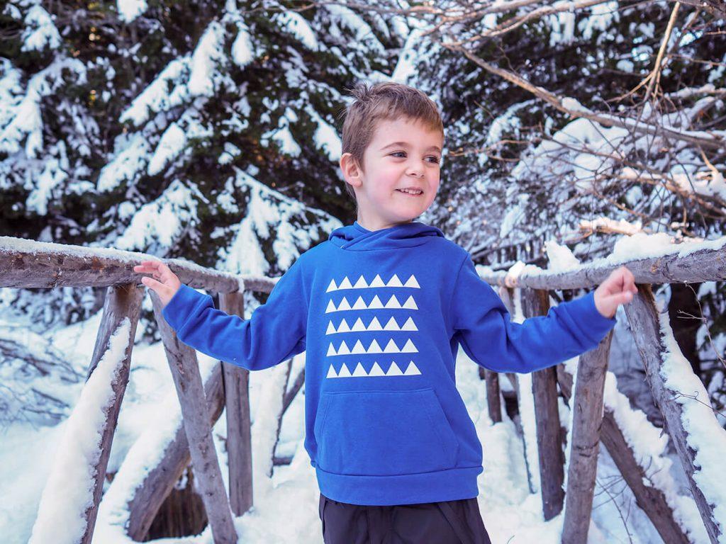 """Снимка на дете през зимата, облечено в синя блузка от колекцията """"Цветна Зима""""-6"""