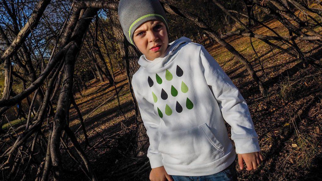 """Дете в парк, което е облечено в бяла блузка от колекцията """"Цветна Зима"""""""