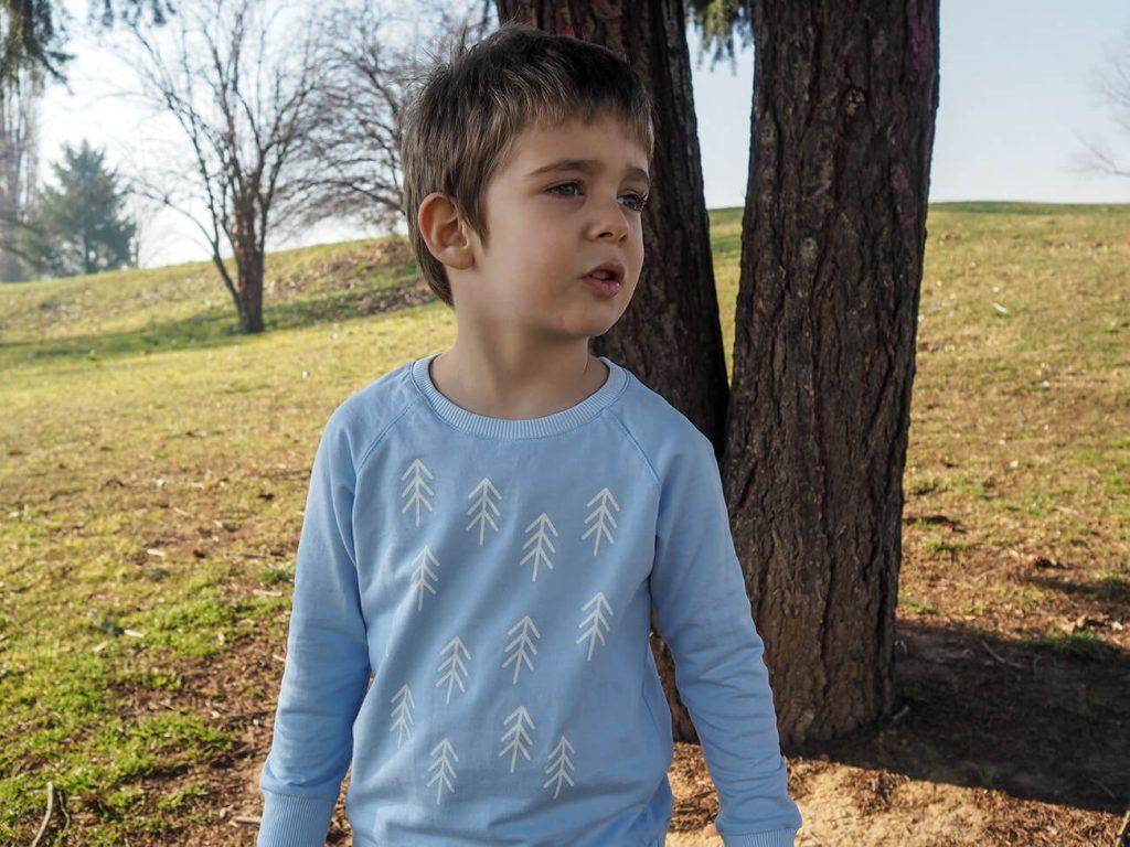 """Дете в парк, което е облечено в синя блузка от колекцията """"Цветна Зима""""-3"""