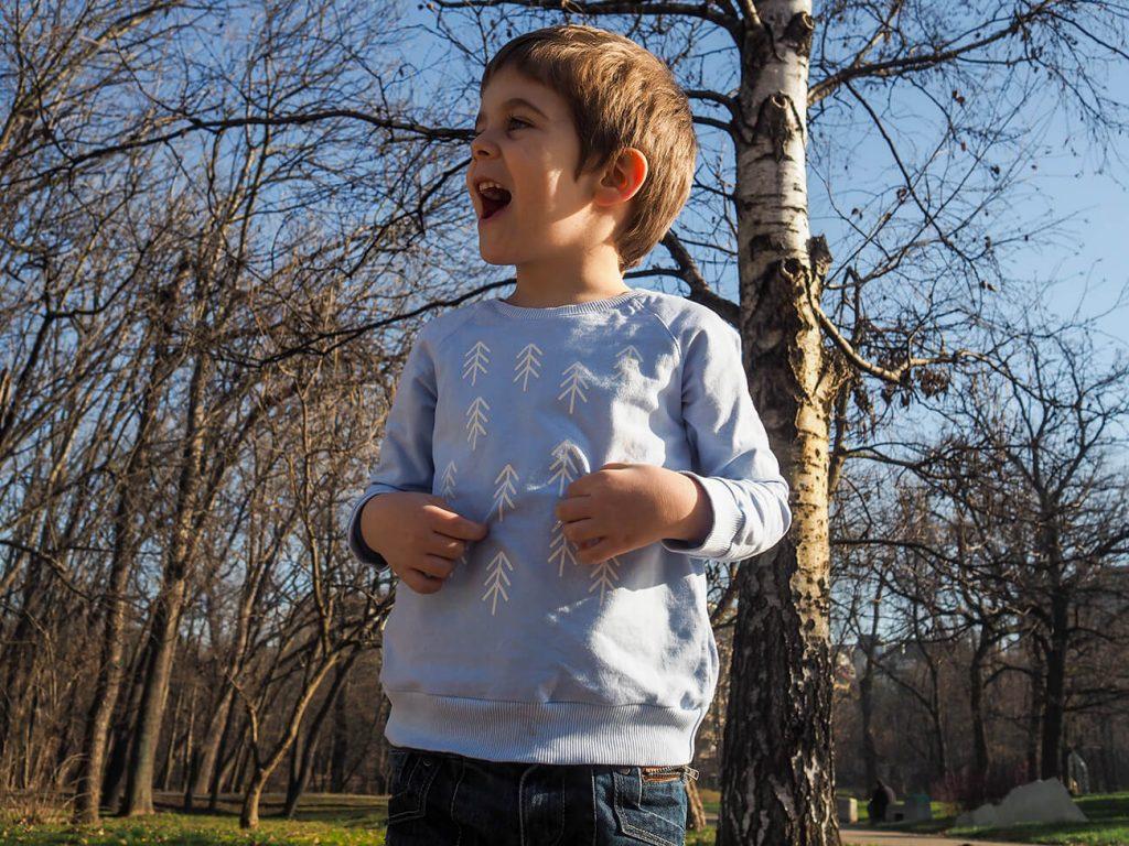 """Дете в парка, което е облечено в блузка от зимната колекция """"Цветна Зима"""""""