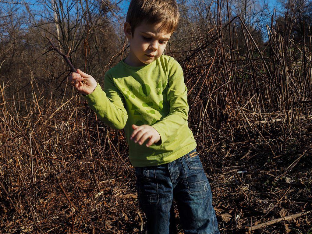 """Дете, което е облечено в зелена блузка от колекцията """"Цветна Зима""""-8"""