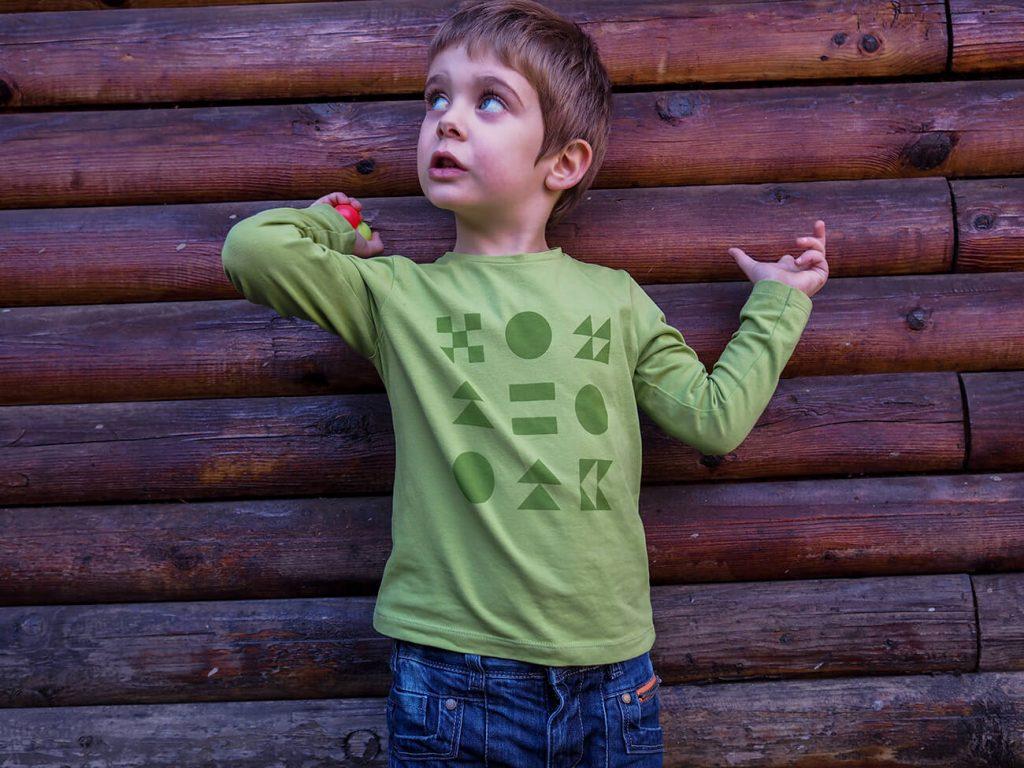 """Дете, което е облечено в зелена блузка от колекцията """"Цветна Зима""""-7"""