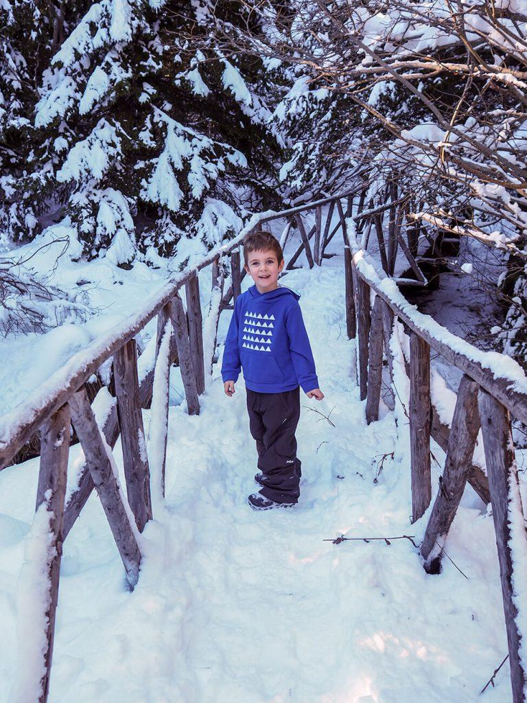 """Снимка на дете през зимата, облечено в синя блузка от колекцията """"Цветна Зима""""-5"""