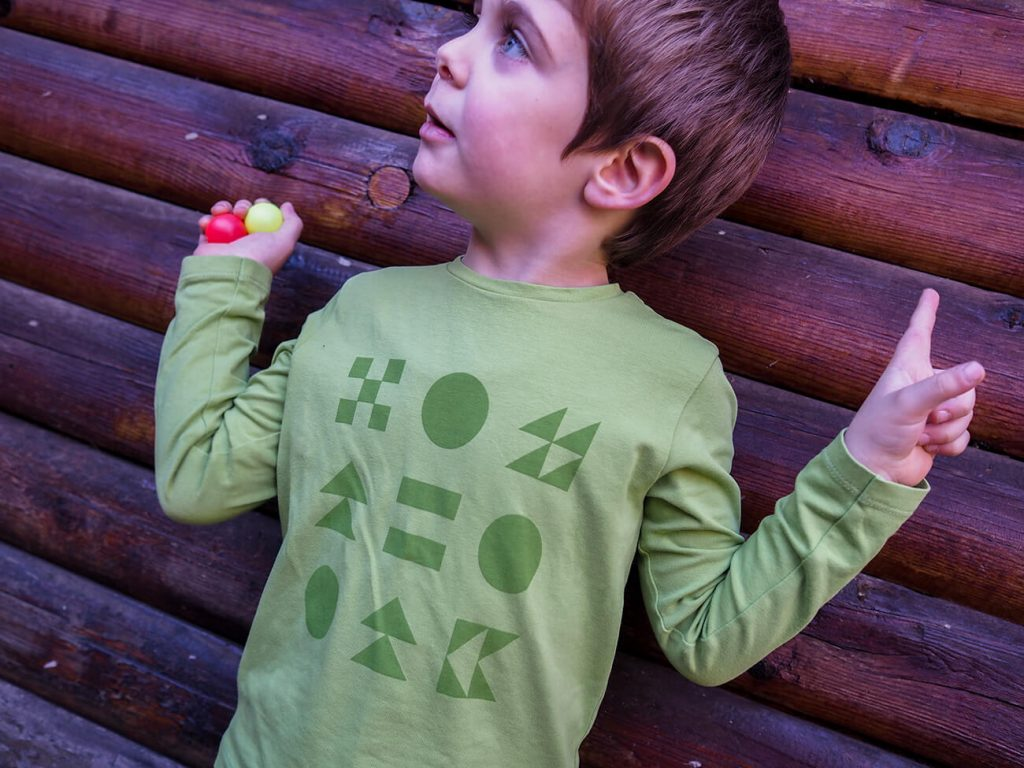 """Дете, което е облечено в зелена блузка от колекцията """"Цветна Зима""""-6"""