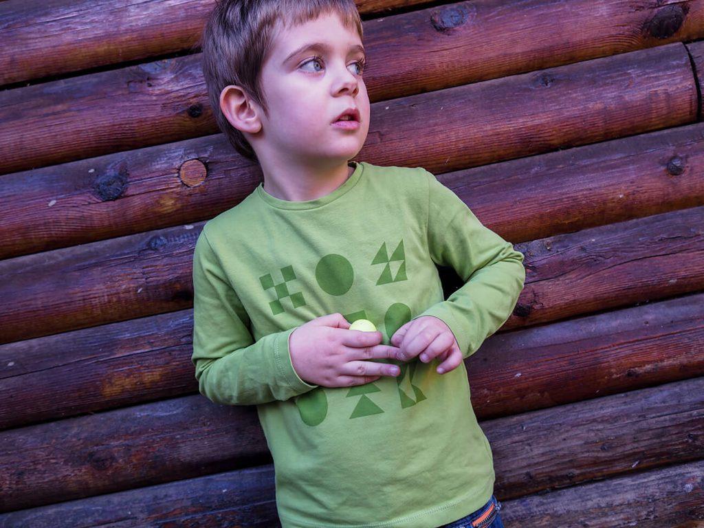 """Дете, което е облечено в зелена блузка от колекцията """"Цветна Зима""""-5"""