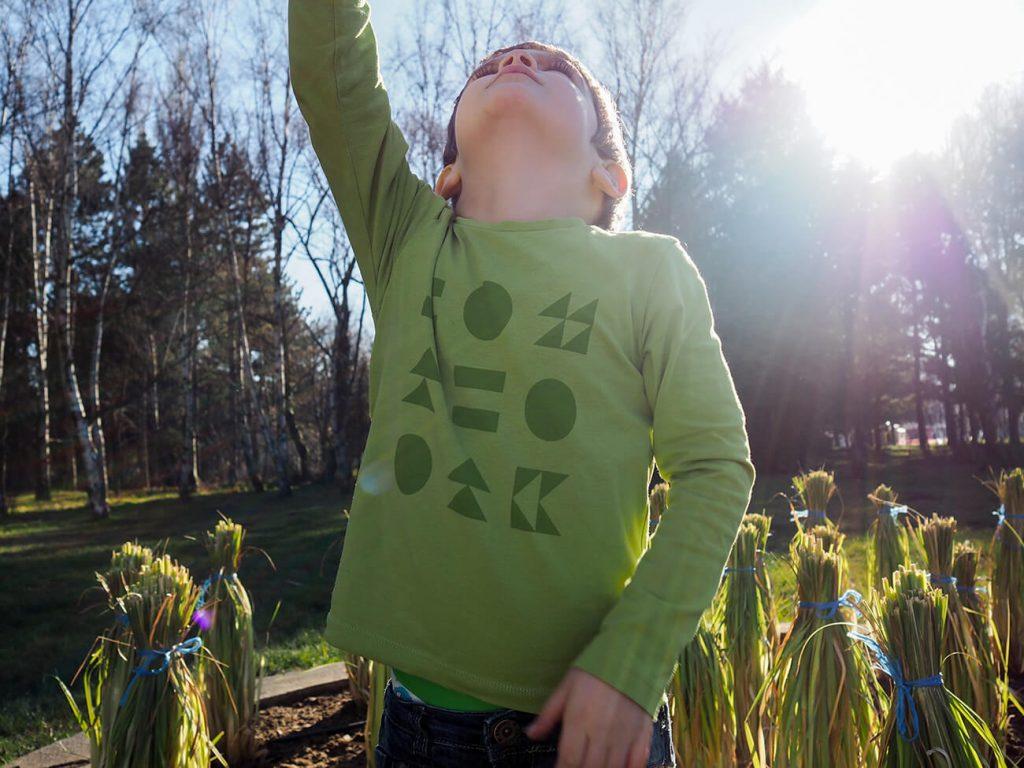"""Дете, което е облечено в зелена блузка от колекцията """"Цветна Зима""""-2"""
