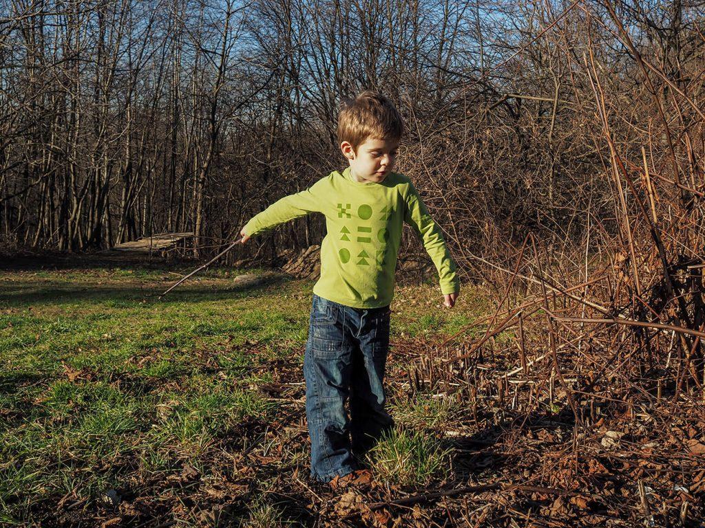 """Дете, което е облечено в зелена блузка от колекцията """"Цветна Зима"""""""