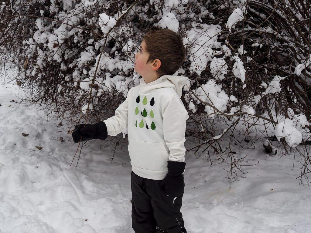"""Дете, което е облечено в бяла блузка от колекцията """"Цветна Зима""""-3"""