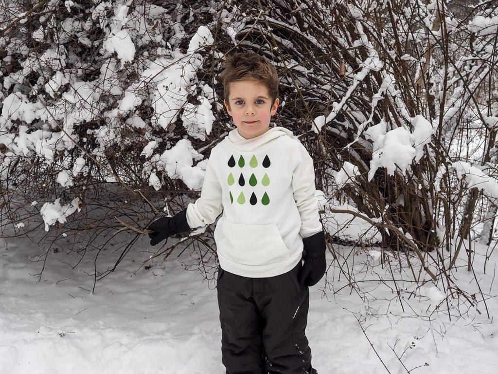 """Дете, което е облечено в бяла блузка от колекцията """"Цветна Зима""""-2"""