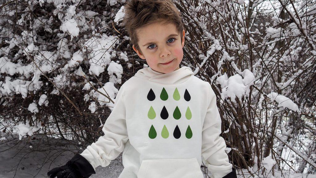 """Дете, което е облечено в бяла блузка от колекцията """"Цветна Зима"""""""