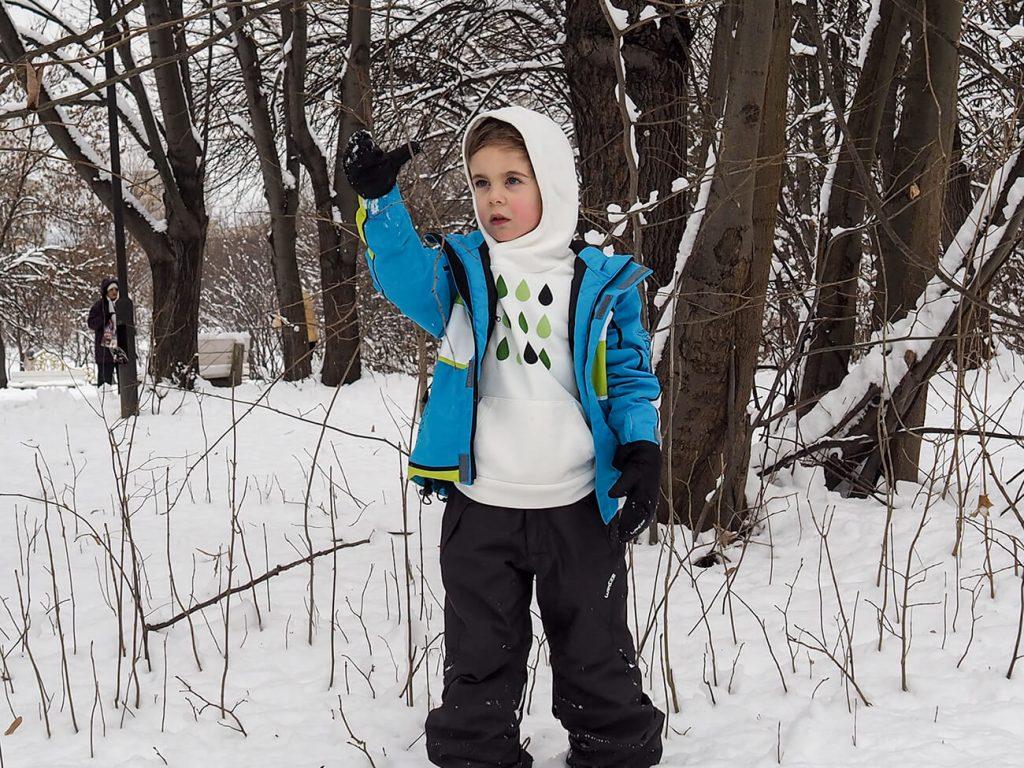 """Дете със синьо яке и бяла блузка от колекцията """"Цветна Зима""""-1"""