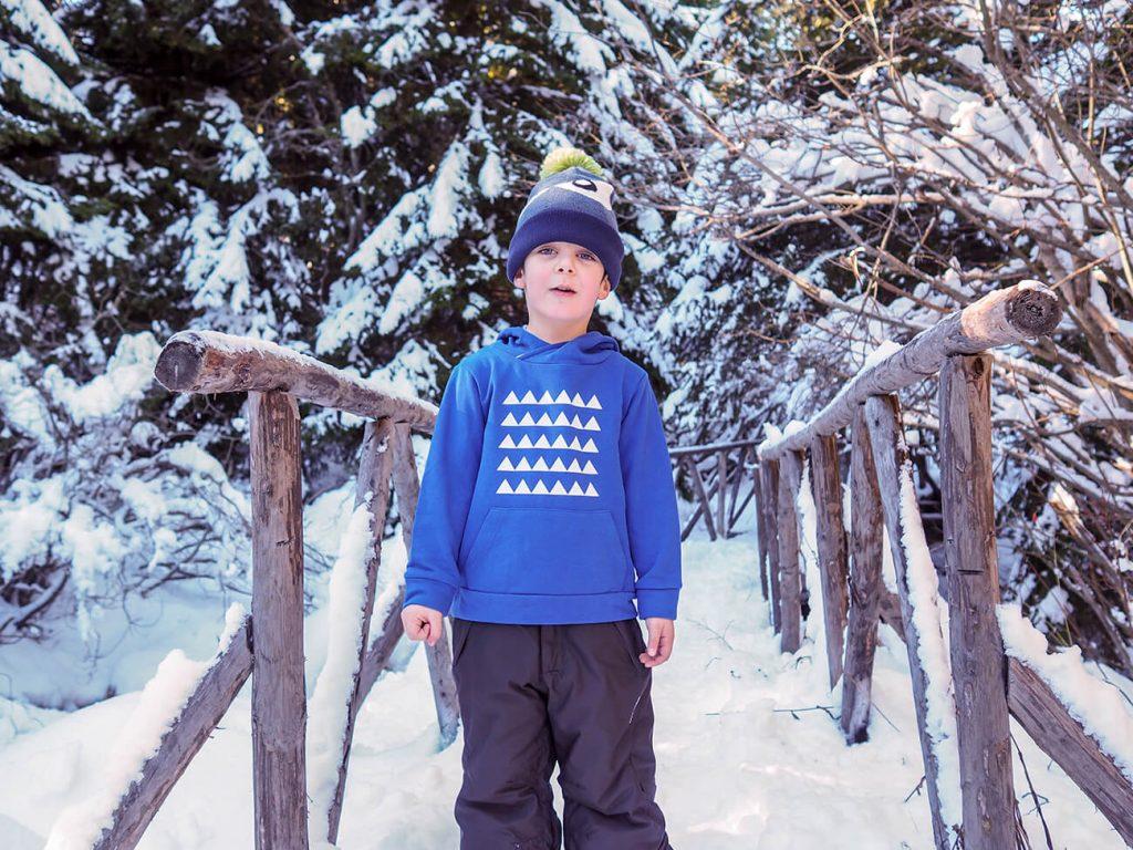 """Снимка на дете през зимата, облечено в синя блузка от колекцията """"Цветна Зима""""-4"""