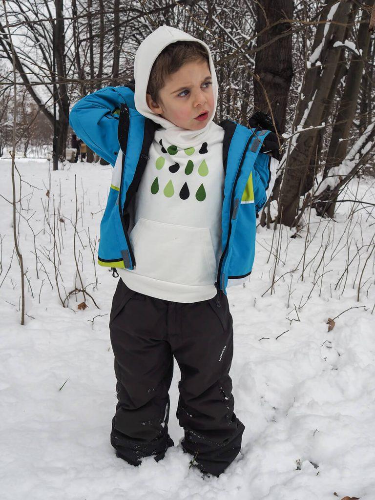 """Дете със синьо яке и бяла блузка от колекцията """"Цветна Зима"""""""