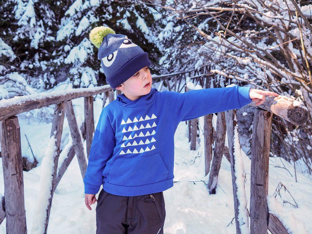 """Снимка на дете през зимата, облечено в синя блузка от колекцията """"Цветна Зима""""-3"""