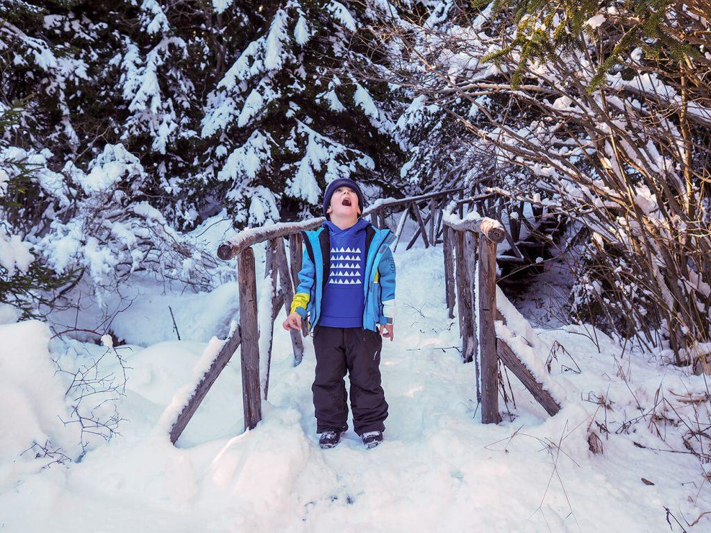 """Снимка на дете през зимата, облечено в синя блузка от колекцията """"Цветна Зима""""-2"""