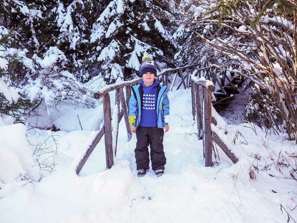 """Снимка на дете през зимата, облечено в синя блузка от колекцията """"Цветна Зима"""""""