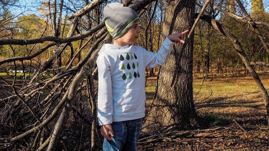 """Дете в парк, което е облечено в бяла блузка от колекцията """"Цветна Зима""""-2"""