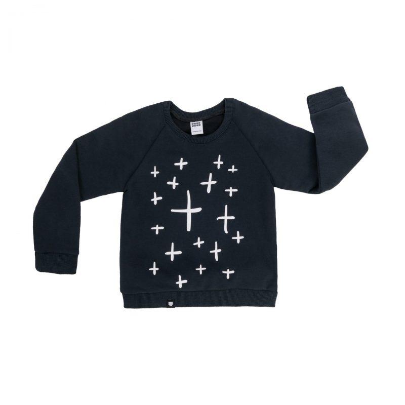 """Детска блузка """"Плюс; плюс; плюс"""" е памучна, с дълги ръкави, щампа на плюсове и в графитен цвят."""