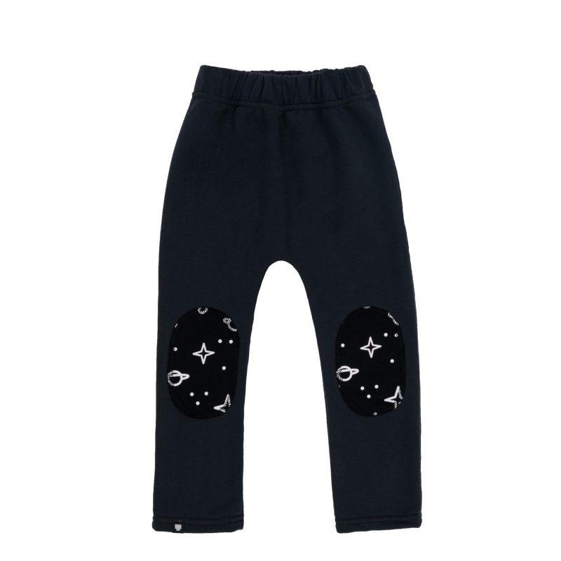 """Детски панталон """"Космос"""" тип клин от памучен плат с подсилени колена и щампи с космически мотиви."""