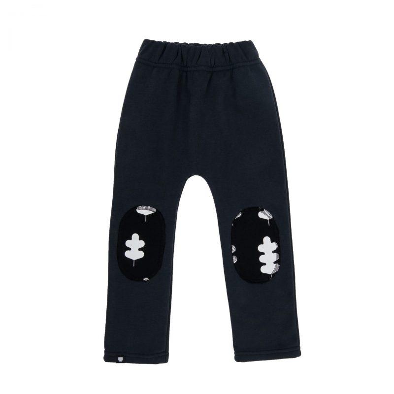 """Детски панталон """"Листа"""" е от памучна материя с апликирани кръпки на колената и щампи върху тях."""
